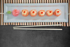 Zusammengesetztes Bild des Abschlusses oben des japanischen Lebensmittels vereinbarte in der Reihe auf Platte Stockfotografie