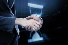 Zusammengesetztes Bild des Abschlusses oben von zwei Wirtschaftlern, die ihre Hände rütteln Lizenzfreies Stockfoto