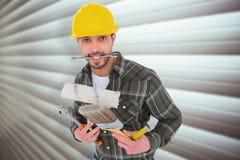 Zusammengesetztes Bild des Arbeiters verschiedene Werkzeuge halten Stockbild