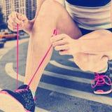 Zusammengesetztes Bild des Athleten ihren Schnürsenkel binden stockfotos