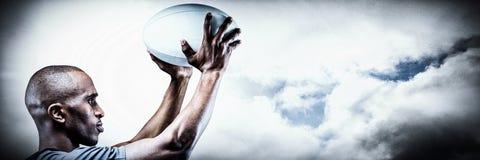 Zusammengesetztes Bild des Athleten in Position des werfenden Rugbyballs stockfoto