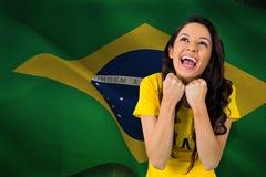 Zusammengesetztes Bild des aufgeregten Fußballfans in Brasilien-T-Shirt Stockfotos