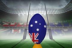 Zusammengesetztes Bild des australischen Flaggenrugbyballs auf Stand Stockfotografie