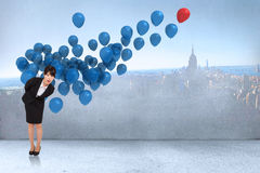 Zusammengesetztes Bild des überraschten Geschäftsfrauverbiegens Lizenzfreies Stockbild