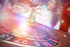 Zusammengesetztes Bild des Bildes 3d des Balls auf hölzernem Roulettekessel Lizenzfreie Stockbilder