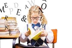 Zusammengesetztes Bild des blonden Schülers ein Buch lesend Stockbild