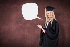 Zusammengesetztes Bild des blonden Studenten in der graduierten Robe, die ein Diplom hält Stockfoto