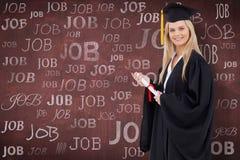 Zusammengesetztes Bild des blonden Studenten in der graduierten Robe, die ein Diplom hält Lizenzfreies Stockbild