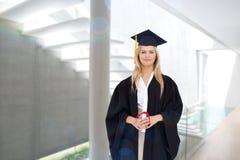 Zusammengesetztes Bild des blonden Studenten in der graduierten Robe, die ihr Diplom hält Stockbilder