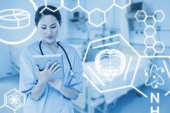 Zusammengesetztes Bild des Chirurgen, der digitale Tablette mit Gruppe um Tabelle im Krankenhaus verwendet Lizenzfreie Stockfotografie