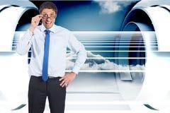 Zusammengesetztes Bild des denkenden Geschäftsmannes Gläser kippend Stockfotos