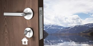 Zusammengesetztes Bild des digital erzeugten Bildes der braunen Tür mit Schlüssel Lizenzfreies Stockbild