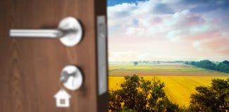 Zusammengesetztes Bild des digital erzeugten Bildes der braunen Tür mit Schlüssel Stockbild