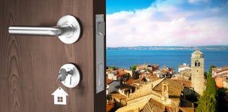 Zusammengesetztes Bild des digital erzeugten Bildes der braunen Tür mit Schlüssel Stockbilder