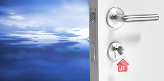 Zusammengesetztes Bild des digital erzeugten Bildes der offener Tür mit Hausschlüssel lizenzfreies stockfoto