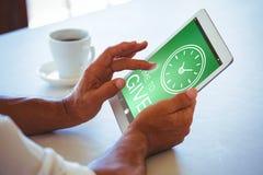 Zusammengesetztes Bild des digital erzeugten Bildes der Zeit, Text mit Uhrikone zu geben Stockfoto