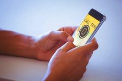Zusammengesetztes Bild des digital erzeugten Bildes des Handys mit Text und Karte Stockbild