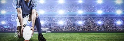 Zusammengesetztes Bild des digitalen zusammengesetzten Bildes des Rugbyspielers Ball in Position bringend lizenzfreie stockbilder