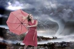 Zusammengesetztes Bild des eleganten blonden haltenen Regenschirmes Stockfotografie