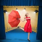 Zusammengesetztes Bild des eleganten blonden haltenen Regenschirmes Lizenzfreies Stockfoto