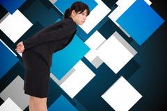 Zusammengesetztes Bild des ernsten Geschäftsfrauverbiegens Stockbilder