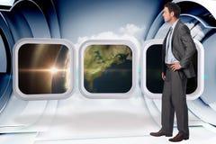 Zusammengesetztes Bild des ernsten Geschäftsmannes mit der Hand auf Hüfte Lizenzfreies Stockfoto