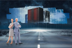 Zusammengesetztes Bild des ernsten Geschäftsmannes stehend zurück zu Rückseite mit einer Frau Lizenzfreies Stockbild