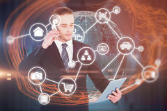 Zusammengesetztes Bild des ernsten Geschäftsmannes am Telefon, das Tablette hält lizenzfreies stockfoto