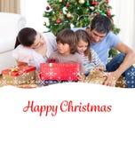 Zusammengesetztes Bild des Familienweihnachtsporträts Lizenzfreie Stockfotos