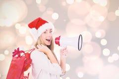 Zusammengesetztes Bild des festlichen blonden haltenen Megaphons und der Taschen Stockbilder