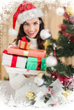 Zusammengesetztes Bild des festlichen Brunette Stapel von Geschenken nahe einem Weihnachtsbaum halten Stockbilder