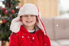Zusammengesetztes Bild des festlichen kleinen Jungen, der an der Kamera lächelt Stockbild