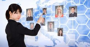 Zusammengesetztes Bild des fokussiertem Geschäftsfrauzeigens lizenzfreie stockfotos