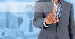 Zusammengesetztes Bild des fokussiertem Geschäftsmannzeigens Lizenzfreie Stockbilder