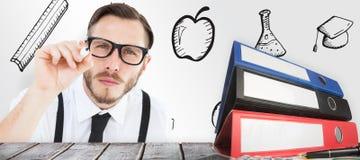 Zusammengesetztes Bild des geeky Geschäftsmannschreibens mit Markierung Stockfotografie