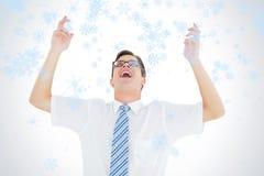 Zusammengesetztes Bild des geeky glücklichen Geschäftsmannes mit den Armen oben Stockfotografie