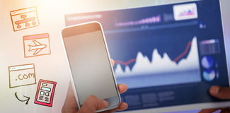 Zusammengesetztes Bild des geernteten Bildes der Hand Handy und Diagramm halten Lizenzfreie Stockbilder