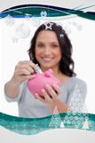 Zusammengesetztes Bild des Geldes, das in Sparschwein von der Frau gesetzt wird Lizenzfreie Stockbilder