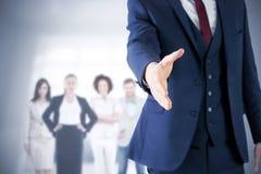 Zusammengesetztes Bild des Geschäftsmannes bereit, Hand zu rütteln lizenzfreie stockfotos