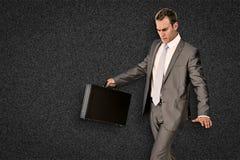 Zusammengesetztes Bild des Geschäftsmannes gehend mit seinem Aktenkoffer Stockbild
