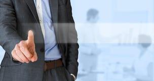 Zusammengesetztes Bild des Geschäftsmannes im grauem Klagenzeigen Lizenzfreie Stockfotos