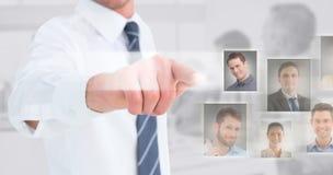 Zusammengesetztes Bild des Geschäftsmannes im Hemd, das an der Kamera sich darstellt Stockfotos