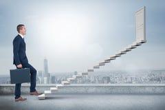 Zusammengesetztes Bild des Geschäftsmannes kletternd mit Aktenkoffer Stockfoto
