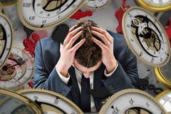 Zusammengesetztes Bild des Geschäftsmannes mit Kopf in den Händen Lizenzfreie Stockfotos
