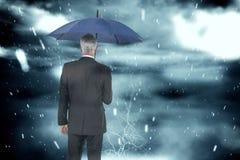 Zusammengesetztes Bild des Geschäftsmannes Regenschirm halten Stockfotos