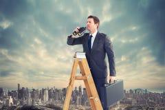 Zusammengesetztes Bild des Geschäftsmannes schauend auf einer Leiter Lizenzfreie Stockbilder