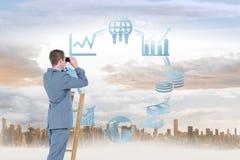 Zusammengesetztes Bild des Geschäftsmannes schauend auf einer Leiter Stockbild