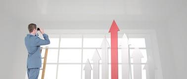 Zusammengesetztes Bild des Geschäftsmannes schauend auf einer Leiter Stockfoto