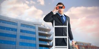 Zusammengesetztes Bild des Geschäftsmannes schauend auf einer Leiter lizenzfreie stockfotografie