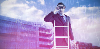 Zusammengesetztes Bild des Geschäftsmannes schauend auf einer Leiter stockfotos